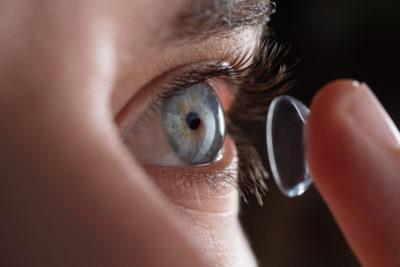 Pose de lentilles de contact